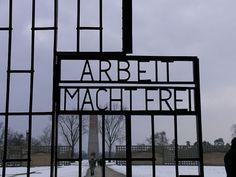 Campo de concentración de Sachsenhausen    El campo de concentración de Sachsenhausen fue operado entre 1936-1945 por los nazis y entre 1945-1950 por los soviéticos. Se encuentra cerca de la ciudad de Berlín, ubicado en la población de Oranienburg, Brandeburgo, a unos 35 Km. al norte de la capital. El campo fue construído mediante una técnica en la que el recinto era un triángulo y los bloques y barracones estaban dentro de un semicírculo principal.