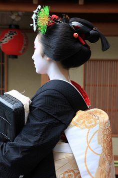 Maiko Toshimana is now wearing sakkou hairstyle. She's only two weeks away to debut as geiko-san. Her misedashi was only three years ago, 26th January 2010.