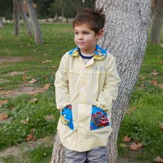 Patrón de costura PDF de bata escolar y mochila de merienda, niño-niña Realizadas a juego con la posibilidad de combinar telas que puedan elegir los propios pequeños y así nos aseguramos de que van a ser sus preferidas. El patrón está realizado en tallas de 2, 3, 4,5, 6 y 7 años, con costuras incluidas de 1 cm y 3,5 cm para los bajos. Sigue el patrón tradicional de bata escolar y sirve tanto para niño como para niña y cumple con las características que piden en los colegios: tira para colgar…