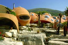 Exterior view of the architecture at the palais bulles, palace of bubbles Pierre Cardin house by antti lovag in Cannes Unusual Buildings, Interesting Buildings, Amazing Buildings, Amazing Houses, Pierre Cardin, Architecture Organique, Bubble House, Architecture Unique, Futurism Architecture