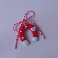 Мартенички Diy Crafts For Gifts, Homemade Crafts, Yarn Crafts, Paper Crafts, Diy For Kids, Crafts For Kids, Arts And Crafts, Felt Christmas, Christmas Crafts