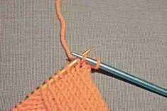 Durch elastisches Abketten wird eine Strickarbeit dehnbar. In einer reich bebilderten Anleitung zeigen wir wie es bei rechten und linken Maschen funktioniert.