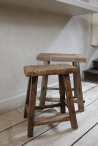 Some kind of stool Old Benches, Old Chairs, Bench Stool, Wood Stool, Rustic Stools, Vintage Stool, Take A Seat, Home And Deco, Old Wood