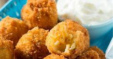 Υλικά 3 πατάτες μεγάλες 1 μικρό κρεμμύδι 3 κουταλιές αλεύρι 1 αυγό 1 κουταλάκι μπέικιν πάουντερ ελαιόλαδο  φέτα τριμμένη (προαιρετι..