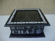 Caixa de chá em mdf e tampa com vidro - Pintura lisa detalhes da tampa com estêncil e textura, laterais estêncil com tinta e bordas levemente prateadas, interior com divisórias craquelê. -Cor: Preto e branco (interior: preto e branco). Feito por Milena Schueda. Disponível: http://www.elo7.com.br/caixa-de-cha-4-sabores/dp/4F422C