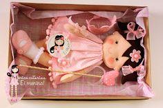 Para a Adélia, de Brasília, presentear a pequena Maria Fernanda, uma boneca princesa vestida em tons cor-de-rosa, com cetro de coração e c...