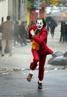 Joaquin Phoenix spotted in full costume as Joker running from cops As production on Warner Bros.' upcoming Joker movie continues production, Joaquin Phoenix was spotted filming scenes in his full Joker costume and as Arther Fleck. Joker Comic, Le Joker Batman, Joker Film, Joker And Harley Quinn, New Joker Movie, Joker Cosplay, Joker Costume, Joaquin Phoenix, Photos Joker