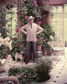 still maintains as one of my all time fav.Cecil Beaton in his gorgeous garden room., if you happen to be in Salisbury England, do catch the Cecil Beaton Exhibition currently at the Salisbury Cathedral's Museum. Indoor Garden, Indoor Plants, Outdoor Gardens, Gravure Photo, Cecil Beaton, Geraniums, Garden Inspiration, Pugs, Beautiful