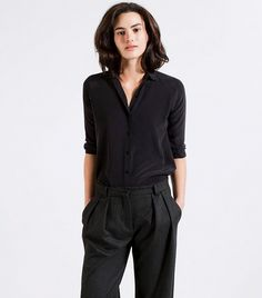 11 Affordable Pieces That Will Make Your Outfit Look Expensive via silk shirt everlane Collared Shirt Outfits, Black Collared Shirt, Black Silk Shirt, Blouse Outfit, Black Shirts, E Biker, Girls Wardrobe, Office Looks, Minimalist Fashion