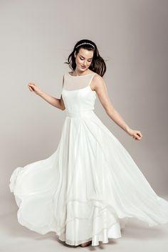 Jedwabna, zwiewna suknia ślubna dla Pań ceniących prostotę.