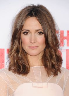 Rose Byrne: Rose has been rocking a clavicut for years — she knows this in-between style is versatile for the red carpet and for film and TV roles. Mid Length Hair, Shoulder Length Hair, Summer Hairstyles, Pretty Hairstyles, Rose Byrne Hair, Clavicut, Medium Hair Styles, Long Hair Styles, Hair Medium