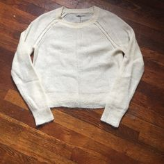Banana Republic Sweater Banana Republic off white wool style sweater, excellent condition, relaxed fit ( no loose strings, stains or imperfections) like new condition. Banana Republic Sweaters Crew & Scoop Necks