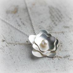 Plata y perla colgante  collar  colgante de peonía por moiraklime, $88,00