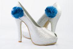 Zapatos plateados moño azul de Adriana Capasso. ciudarosa@gmail.com