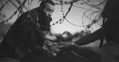 World Press Photo: imagem de bebê migrante sob cerca é a 'foto do ano'