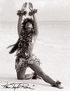 Kim Taylor Reece, Hawaii's foremost fine art photographer, has been studying hula kahiko for nearly 30 years. A catalyst of Hawaii's Cultural Renaissance, his photography captures the myst Hawaiian Girls, Hawaiian Dancers, Hawaiian Art, Hawaiian Tattoo, Hawaiian Quotes, Hawaiian Dishes, Vintage Hawaiian, Kim Taylor Reece, Polynesian Dance