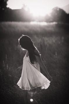 Eu só quero que você saiba que apesar de você a vida segue e muito bem. Os caminhos estão abertos, iluminados e cheios de paz e toda as tentativas de escurecer os meus dias, só me deixaram mais forte e mais feliz. Apesar de você a vida continua... eu continuo e só você ainda vive se segurando ao passado. Bem, agora que você sabe, me dê licença que eu estou passando com os meus passos leves e minha alma lavada. Rosi Coelho