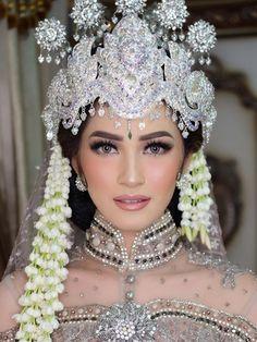 MakeUp mempelai wanita adat Soenda Silver No. Royal Wedding Gowns, Muslim Wedding Dresses, Wedding Make Up, Dream Wedding, Cambodian Wedding Dress, Kebaya Wedding, Indonesian Wedding, Akad Nikah, Braut Make-up