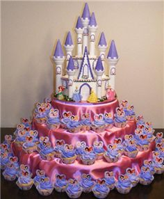 Disney Princess castle cake with cupcakes. my puddin's birthday cake Disney Princess Cupcakes, Disney Princess Castle, Princess Party Favors, Princess Palace, Cinderella Cupcakes, Princess Theme, Cinderella Party, Princess Sophia, Cinderella Castle
