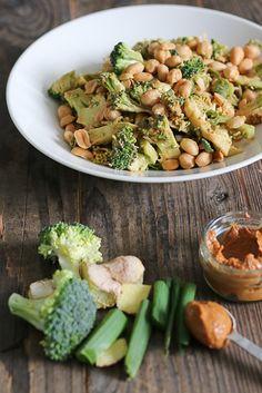 Maapähkinä-parsakaalisalaatti