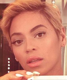 Gone are Beyoncé's long locks and in is her new short blonde pixie crop. Blonde Pixie Cuts, Short Hair Cuts, Short Hair Styles, Short Blonde, Curly Blonde, Pixie Crop, Pixie Hairstyles, Celebrity Hairstyles, Blonde Hairstyles