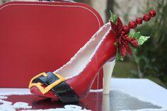 www.lamaisonrose.com.mx Deliciosa zapatilla de chocolate blanco y rojo con decoración de Santa Claus.