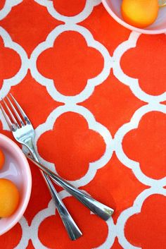 MAKE - PAINTED PLACEMAT - QUADRAFOLIO DESIGN  I'm in an 'orange' frame of mind lately and I can see this paired with some yellow and turquoise for happy summer tabletop. You can choose your own happy colour. TUTORIAL & FREE PATTERN DOWNLOAD