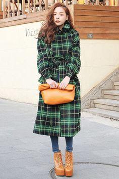 Today's Hot Pick :綠色格紋雙排扣大衣 http://fashionstylep.com/SFSELFAA0000032/stylenandatw/out 永遠時髦的格紋大衣。 復古的格紋和雙排扣,凸顯時髦的長版大衣。 寬版設計,搭配腰帶修身,更顯腰身。 羊毛混織的材質和鋪棉内裡,穿起來非常保暖。
