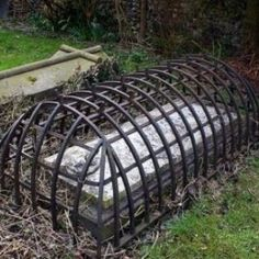 cage over grave.just in case siemprefiestanuncasiesta: This is a grave from the Victorian age when a fear of zombies and vampires was prevalent. The cage was intended to trap the undead just in case the corpse reanimated. How interesting! Memento Mori, Post Mortem, Old Cemeteries, Graveyards, Cemetery Art, Cemetery Monuments, Cemetery Headstones, Victorian Era, Old Photos