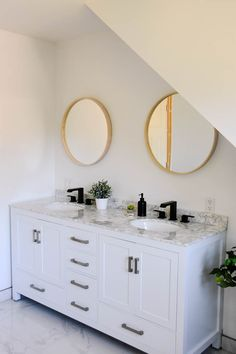 Finding the perfect White Vanity with Marble Countertop for our Bathroom - the sweetest digs Modern Boho Bathroom, Eclectic Bathroom, Minimalist Bathroom, Beautiful Bathrooms, Bathroom Interior Design, Diy Bathroom Remodel, Bathroom Renovations, Bath Remodel, Marble Countertops Bathroom