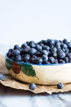 To Make ◊ Blueberry Vanilla Greek Yogurt Granola Bars I never understood people who don't have breakfast.… Sugar for your Healthy Desserts, Raw Food Recipes, Great Recipes, Healthy Recipes, Healthy Foods, Yogurt And Granola, Granola Bars, Vanilla Greek Yogurt, Half Baked Harvest