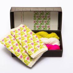 Nydelige pulsvanter med latvisk mønster Diy Knitting Kit, Knitting Patterns, Learn How To Knit, Mittens Pattern, Modern Outfits, Needles Sizes, Spring Time, Fingerless Gloves, Color Patterns