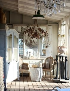 Shabby chic bedroom ideas can give a new look to your old worn and torn bedroom furnishing that look dull and no cuter. If you are planning for a shabby chic look even though the furnishings are ne… Shabby French Chic, Shabby Chic Cottage, French Decor, French Country Decorating, Shabby Chic Homes, Shabby Chic Decor, Vintage Decor, Vintage Room, Cottage Style