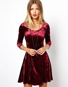 Классическое платье алого оттенка