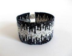 Perlas negro blanco y gris brazalete pulsera Toho telar por DiDecor