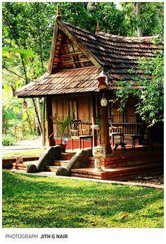 En geniet vooral van de mooie omgeving. Zo suizen we langs tropische bomen, uitgestrekte meren, verlaten stranden, okergele kerkjes, Mediterrane huizen (uit Portugese koloniale tijd) afgewisseld met Aziatische huizen en oude forten. www.myworldisyours.nl/places/india Traditional #Kerala House! Kerala, South #India.