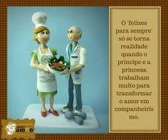 Topo de bolo infantilizado, fofinho, em biscuit/porcelana fria, para bodas de ouro. www.facebook.com/gaiotto.atelier http://agaiotto.blogspot.com/ atelier.gaiotto@gmail.com F: (19) 3012-3588