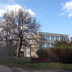 Esto era mi escuela. Era grande y tenía un jardín bonito.