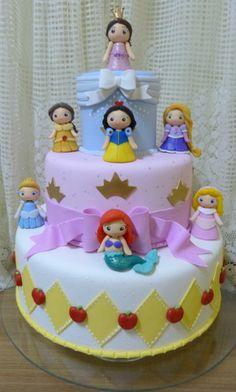 Bolo cenográfico Princesas meninas | Franciane Pires Biscuit com AMOR | Elo7 Disney Princess Party, Baby Princess, Princess Birthday, Girl Birthday, Baby Birthday Cakes, 6th Birthday Parties, Fairytale Party, Disney Cakes, Girl Cakes