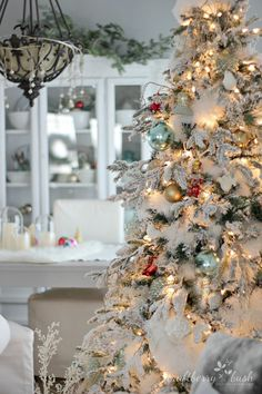 French Country Christmas - LOVE this white frosted flocked Christmas tree with BLUE ornaments! Merry Little Christmas, Noel Christmas, Winter Christmas, Cottage Christmas, Christmas Lights, Flocked Christmas Trees Decorated, French Country Christmas, Flocked Trees, Winter Snow