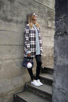 Anna Fasano usa casaco alongado xadrex com camisa jeans e legging.