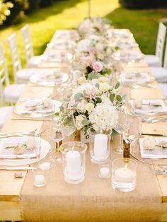 Un matrimonio intimo tra tradizioni cinesi e paesaggi toscani: allestimenti eleganti nei toni del rosa e una cerimonia del tè.