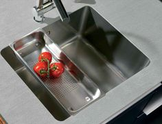 Seamless welded in sink in a massive hot rolled stainless steel countertop / Naadloos ingelaste strakke spoelbak in een massief warmgewalst RVS werkblad.