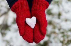 Le mani, come il viso, sono sempre molto esposte alla luce, al freddo e quindi all'invecchiamento: ecco 5 semplici gesti per averne cura