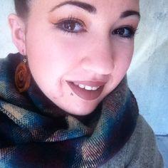 Makeup automnal, look automnal, ambiance vacances de Noël et soleil de sortie 😍 #motd #makeupoftheday #make #up #makeup #look #lotd #fall #fallmakeup #winter #brown #tartan #scarf #wood #woodearrings #earrings #hudabeauty #beauty #brownmakeup #eyebrows #eyeliner #eyeshadow #mattelipstick #flirt #matte #lipstick #urbandecay