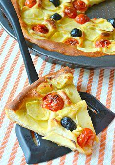 Focaccia di patate e olio al rosmarino con pomodorini e olive nere | #vegan #vegetarian