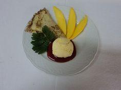 Crepe de manga com gelado de baunilha e coli de geleia e morango