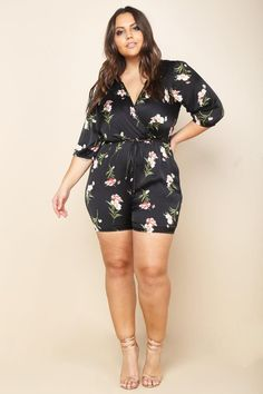 A plus size romper with a wrapped V-neckline and half sleeves. Features a belted waistline and a back keyhole. Floral print all over. Look Plus Size, Curvy Plus Size, Plus Size Girls, Plus Size Model, Curvy Outfits, Plus Size Outfits, Casual Outfits, Fashion Outfits, Fashion Ideas