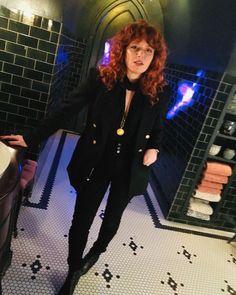 russian doll natasha lyonne season 2 scene behind the scenes Natasha Lyonne, Dandy, Nicky Nichols, Pretty People, Beautiful People, Lgbt, Curly Girl Method, Orange Is The New Black, Looks Vintage