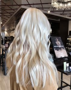Platinum blonde, waves, wavy long hair hair in 2019 Long Platinum Blonde, Platinum Hair, Spring Hairstyles, Pretty Hairstyles, Blonde Hairstyles, Creamy Blonde, Red Ombre Hair, Blonde Hair Looks, Champagne Blonde